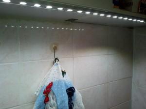 Кухня с включенным светильником