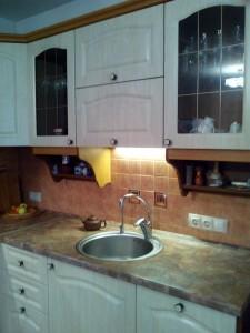 Кухня с включенным светильником с теплым белым светом Warm White