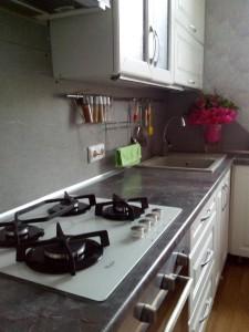 Кухня с выключенным светильником
